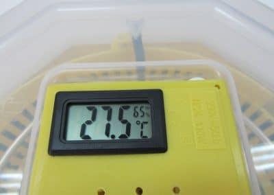 Инкубатор с ръчно завъртане за 60 яйца с влагомер и термометър